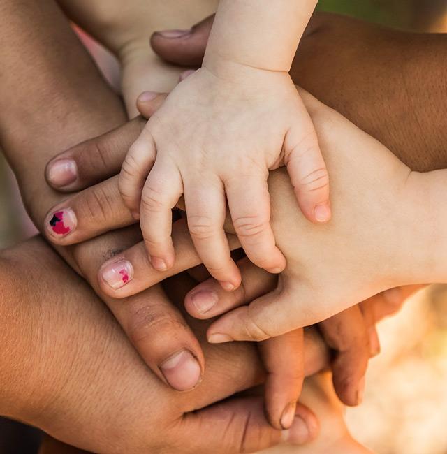 les mains unies des humains